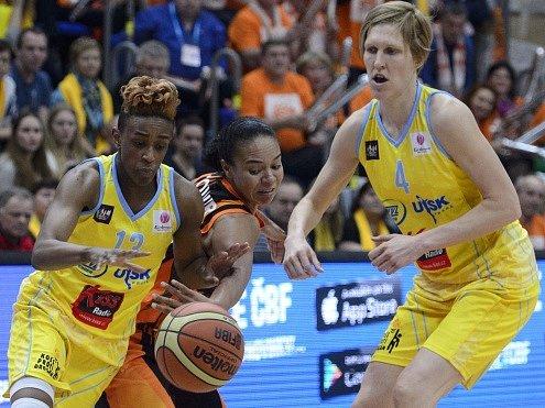 Jana Veselá, vítězka Evropské ligy basketbalistek(vpravo)
