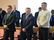 Pražský městský soud rozhodl v případu uprchlého Radovana Krejčíře a dalších deseti lidí, kteří se podle obžaloby pokusili vytunelovat státní podnik Čepro a připravit stát o další miliardy. Zleva jsou Aleš Zagora, Ivo Hricík a Aleš Kohoutek.