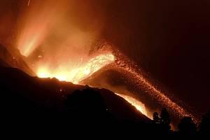 Lávu chrlící sopka na španělském ostrově La Palma, 10. října 2021