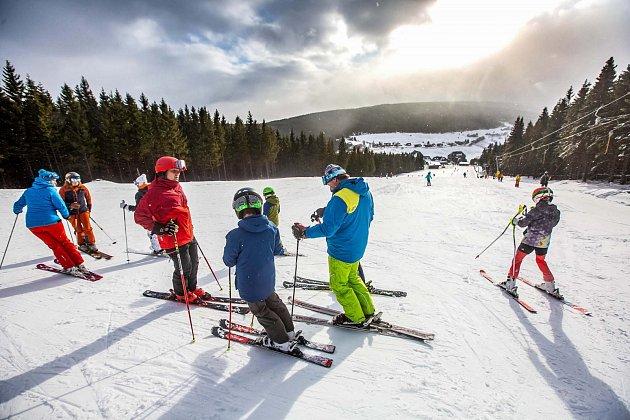 Krkonoše jsou plné lyžařů