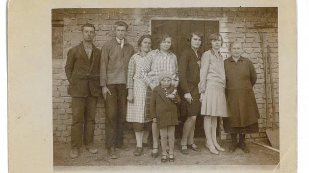 Fotografie ze starých Lidic - paní Cábová je dítě vpředu