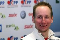 Lukáš Bauer se usmívá na tiskové konferenci před začátkem MS v Liberci.
