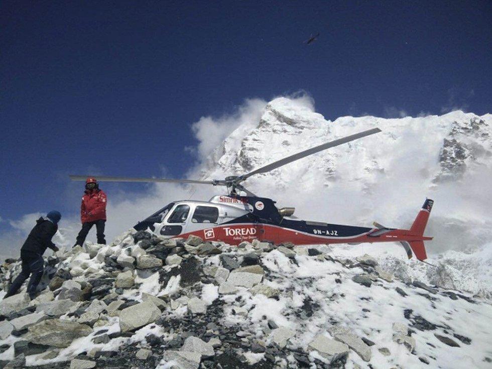 Zlepšení počasí na Mount Everestu dnes umožnilo záchranářům evakuovat z nejvyšší hory světa další desítky horolezců, které postihlo sobotní zemětřesení v Nepálu.