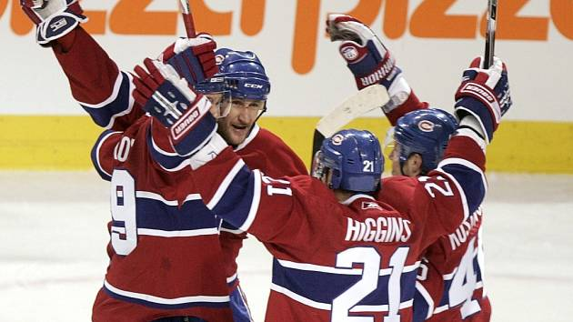 Rus Alex Kovaljev se se svými spoluhráči z Montrealu raduje z gólu, který zajistil kanadskému celku prodloužení.