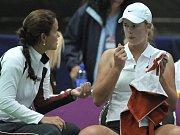 Karolína Plíšková (vlevo) a Lucie Hradecká před odjezdem na finále Fed Cupu do Francie.