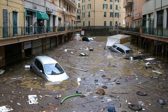Záplavy v ulicích italského Janova