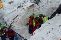 Lavina na hotel Rigopiano, v němž bylo přes 30 lidí, spadla ve středu krátce po zemětřesení, které zasáhlo střední Itálii.