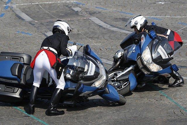 Policisté na motorkách havarovali během slavnostní přehlídky u příležitosti Dne Bastily.