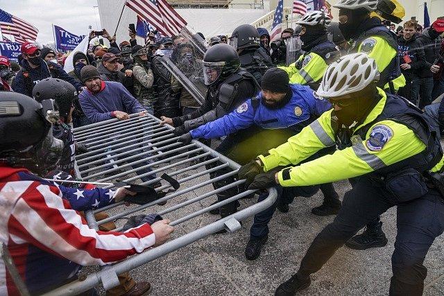 Střet policie s příznivci Donalda Trumpa před Kapitolem.