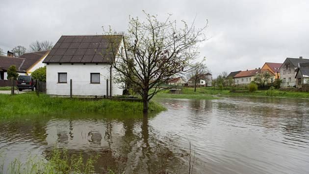 Rozvodněná řeka Nežárka
