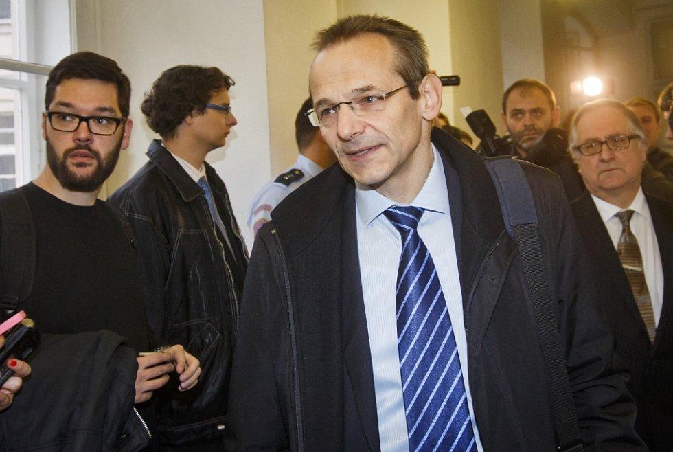 Jana Nečasová (Nagyová) s manželem Petrem Nečasem příchází 20. listopadu k soudu pro Prahu 1, který začal projednávat její kauza údajného zneužití vojenského zpravodajství.