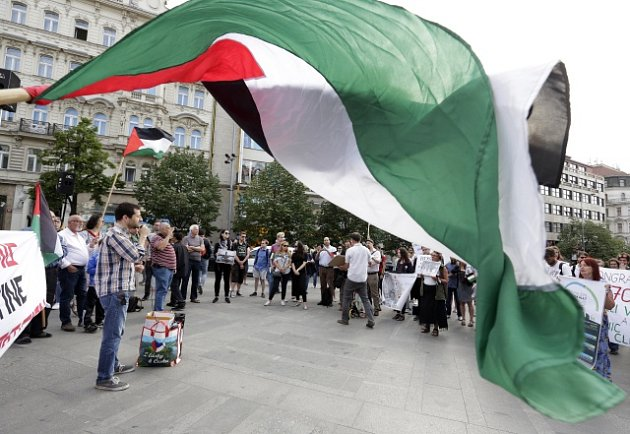 Desítky lidí 14. května večer demonstrovaly v centru Prahy za práva Palestinců, proti jejich zabíjení v Pásmu Gazy a proti přesunu americké ambasády do Jeruzaléma.