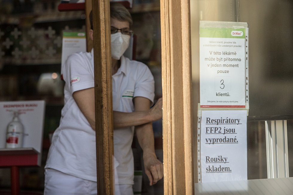 Lidé vzali lékárny útokem, na některých místech už jsou respirátory FFP2 vyprodané