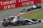 Velká cena Číny vozů formule 1 v Šanghaji. Na snímku jezdci Mercedesu Lewis Hamilton (vpředu) a Valtteri Bottas.