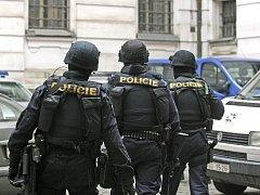 Za silných bezpečnostních opatřeních a v doprovodu ozbrojené policejní eskorty byl 19. února převezen podnikatel Bohumír Ďuričko , obviněný z vraždy Václava Kočky mladšího, k městskému soudu ve Spálené ulici.