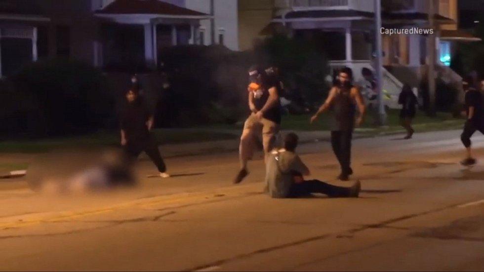 Dva muži, zasažení Rittenhousovou zbraní, zranění podlehli, jeden zraněný přežil