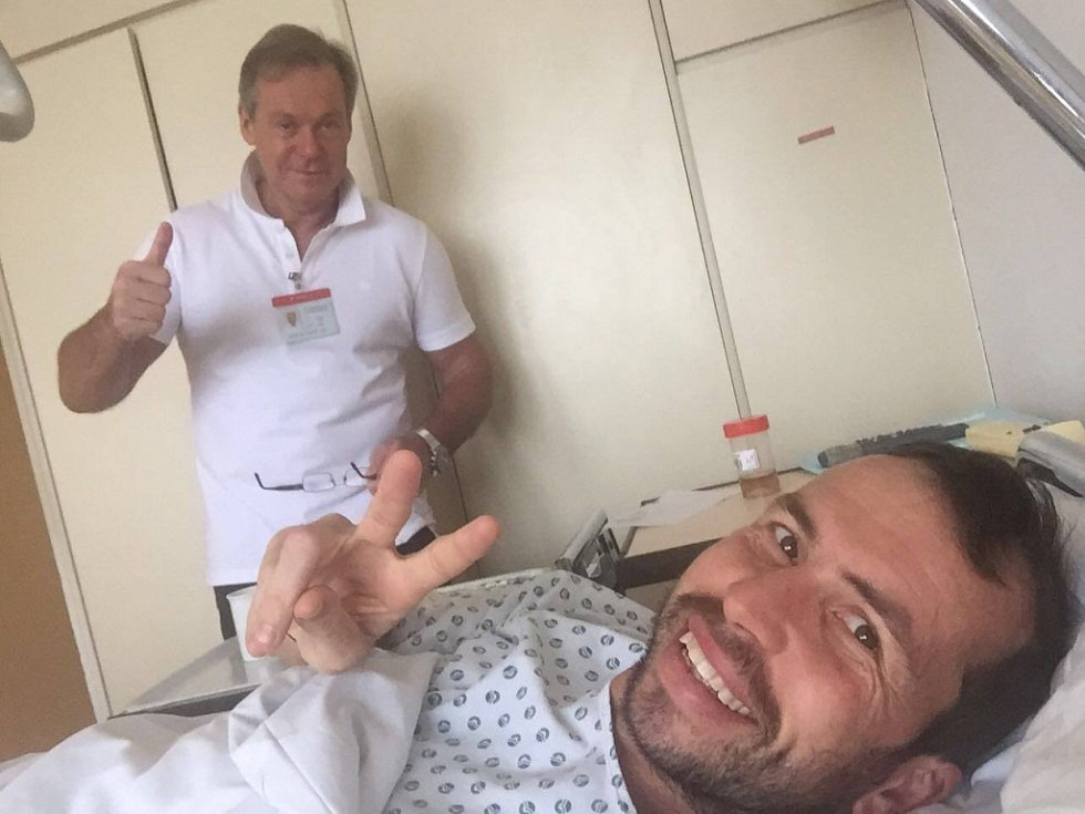 Radek Štěpánek s neurochirurgem Jiřím Chrobokem, který mu operoval bederní páteř.