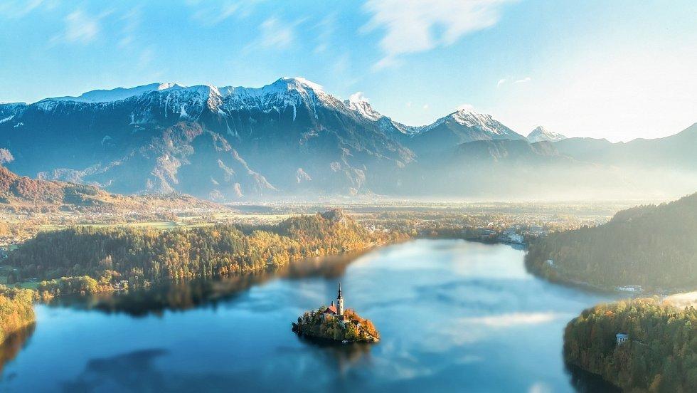 Jedním z nejznámějších záběrů na národní park Triglav je pohled na jezero Bled. V jeho srdci se nachází ostrůvek s kostelem.
