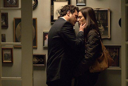 Leonard (Joaquin Phoenix) miluje Michelle, ale udržuje kontakt i se Sandrou (Vinessa Shawová).