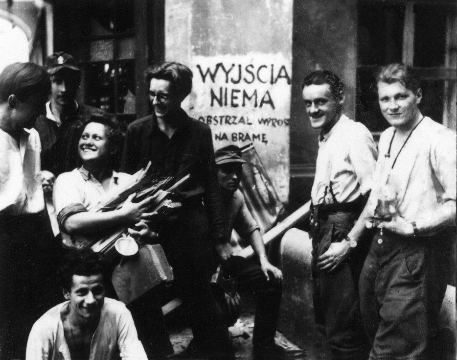 """Fotografie z Varšavského povstání. Staré město. Skupina povstalců z praporu """"Zośka"""