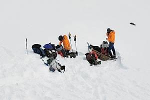 Záchranáři na místě pádu vrtulníku