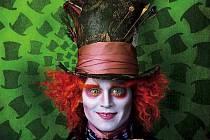 Alenka v říši divů podle Tima Burtona s Johnnym Deppem, Helen Bonham Carter a Anne Hathaway.