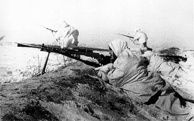 Sovětský kulometčík kryje útočící pěchotu nedaleko města Tula, listopad 1941