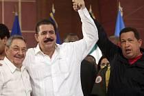 Honduraský svržený prezident Manuel Zelaya mezi kubánským kolegou Raulem Castrem a venezuelským prezidentem Hugem Chavezem.