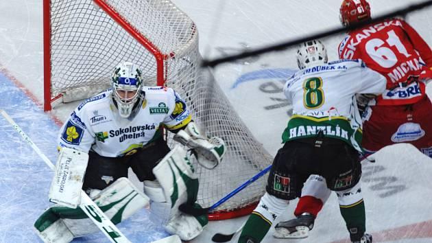 Karlovarský Hanzlík se snaží odstavit od puku slávistického útočníka Micku.