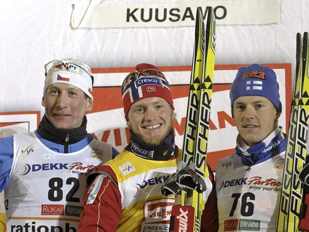 Lukáš Bauer (vlevo) nestačil na klasické patnáctce pouze na Nora Martina Johnsruda Sundbyho (uprostřed). Třetí skončil Fin Sami Jauhojäervi.
