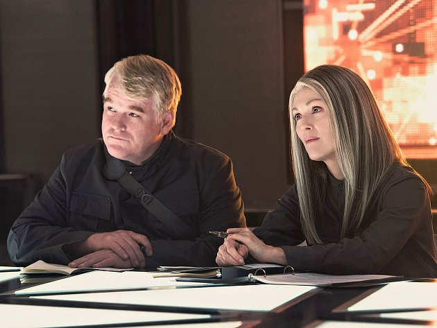 SÍLA VZDORU 1. Katnissini spoluhráči proti Capitolu: Plutarch a prezidentka Alma (Philip S. Hoffman v jedné z posledních rolí a Julianne Mooreová).