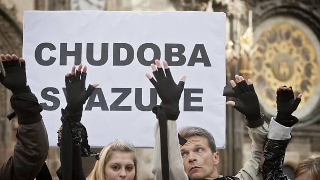 Happening s názvem Chudoba svazuje v podání aktivistů z několika nevládních organizací v Evropě proběhl  17. října na pražském Staroměstském náměstí k mezinárodnímu dni za odstranění chudoby.
