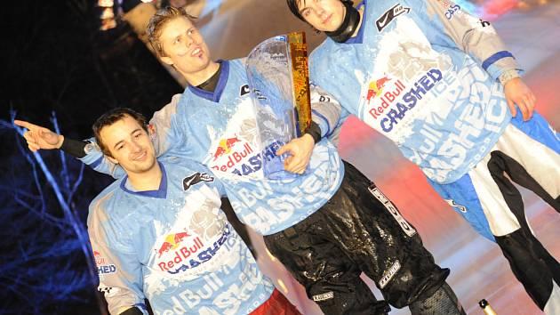 Adrenalinový závod Crashed Ice vyhrál v Praze Fin Mika Jouhkimainen (uprostřed), druhý skončil Lukáš Kolc (vlevo) a třetí Lukáš Fiala.