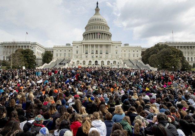 Protestující američtí studenti u budovy Kapitolu