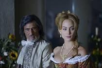 ANGELIKA JAKO KÝČ. Nora Arnezederová má svůj nepochybný půvab, v Zeitounově pojetí ale vyhlíží jako modelka ve filmové pasti.