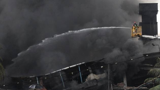 Požár v balírně cigaret a potravin v Bangladéši.