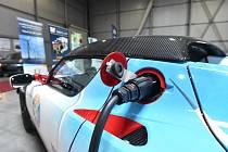Pro větší využití elektromobilů je nezbytná hustá síť čerpacích stanic.