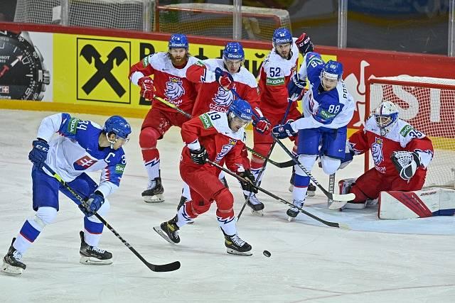 Čeští hokejisté brání v zápase se Slovenskem.
