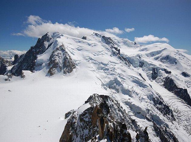 Alpský štít Mont Blanc měří podle nejnovějších údajů 4810,45 metru.