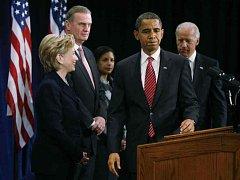 Barack Obama (druhý zprava) včera v Chicagu oznámil složení svého národního bezpečnostního týmu.