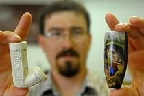 Archeolog Jan Musil s objevenými dýmkami - bílá keramická je z 18. století, porcelánová z novější doby.