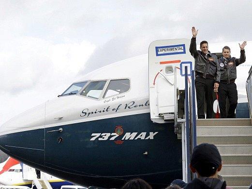 Piloti zdraví přihlížející po prvním testovacím letu.