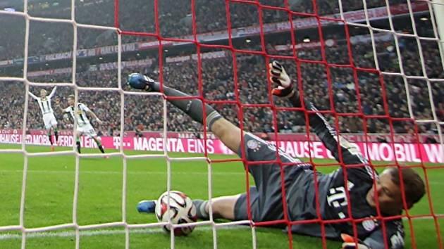 Brankář Bayernu Mnichov Manuel Neuer inkasuje gól od Mönchengladbachu.