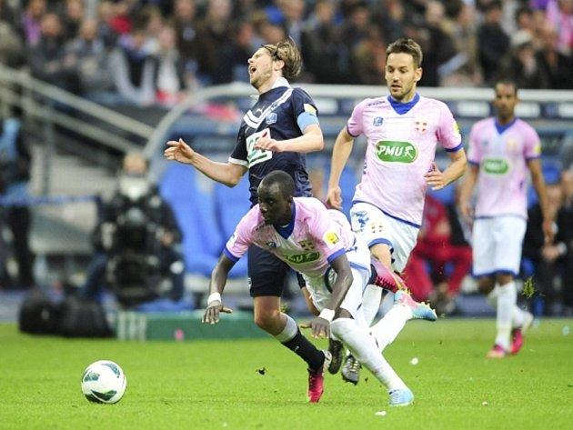 Jaroslav Plašil z Bordeaux (v tmavém) ve finále Francouzského poháru proti Évianu.