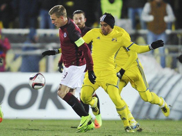 Bořek Dočkal ze Sparty (vlevo) proti Rostovu.