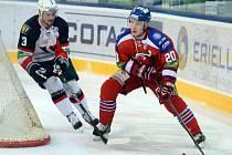 Petr Vrána z Lva Praha (vpravo) zakládá akci proti Slovanu Bratislava. V rozehrávce se mu snaží zabránit Martin Štajnoch.