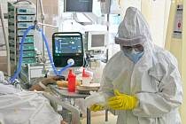 Medička Barbora Fojtíková v ochranném obleku pomáhá 20. října 2020 ve Fakultní nemocnici Brno. Nemocnice má nedostatek personálu s ohledem na část zaměstnanců v karanténě kvůli covidu-19, ale také kvůli tomu, že někteří zůstali doma s dětmi z důvodu vládn