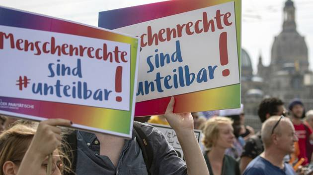V centru Drážďan se k plánované protirasistické demonstraci za toleranci sešlo 20 tisíc