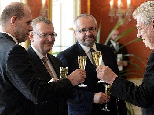 Prezident Miloš Zeman (vpravo) jmenoval 30. září na Pražském hradě (zleva) Miloslava Sedláčka, Milana Tripese a Libora Vávru předsedy krajských soudů v Plzni, Českých Budějovicích a Praze.