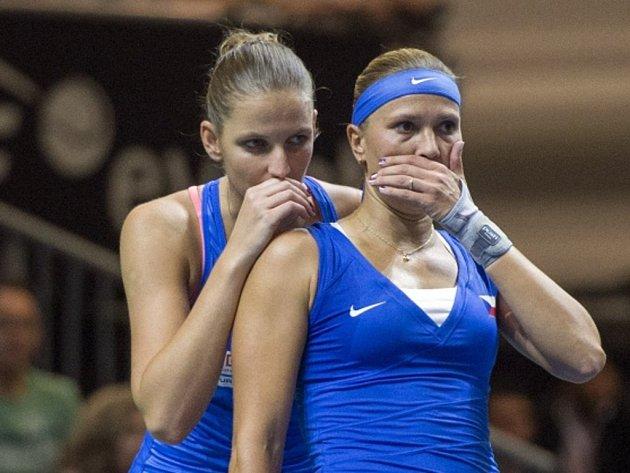 Karolína Plíšková (vlevo) a Lucie Hradecká si domlouvají taktiku na Švýcarky.